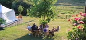 Deelnemers singelvakantie relaxen in de zon